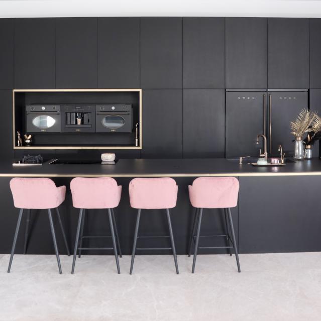 #מטבח_מודרני | מטבח המשלב אלון שחור על פליז המשרה תחושה של חדשנות וקידמה, לרב יצבע בשחור בוהק